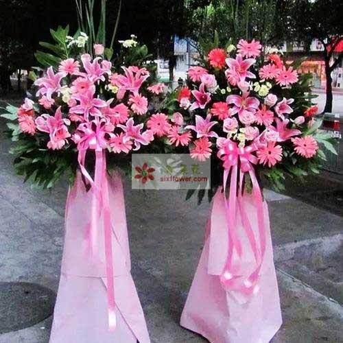 20朵粉色扶郎花,8朵粉色百合,3朵粉玫瑰,散尾葵、配叶搭配