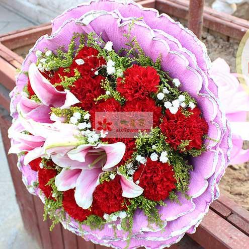 19朵红色康乃馨,2支多头粉色百合,满天星、黄英丰满