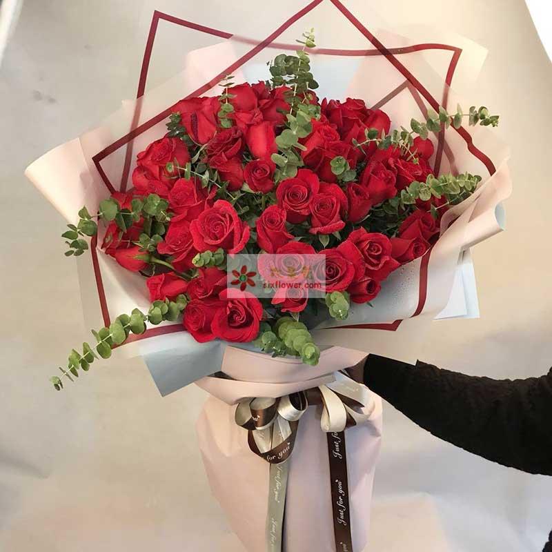 33朵红色玫瑰花,尤加利丰满