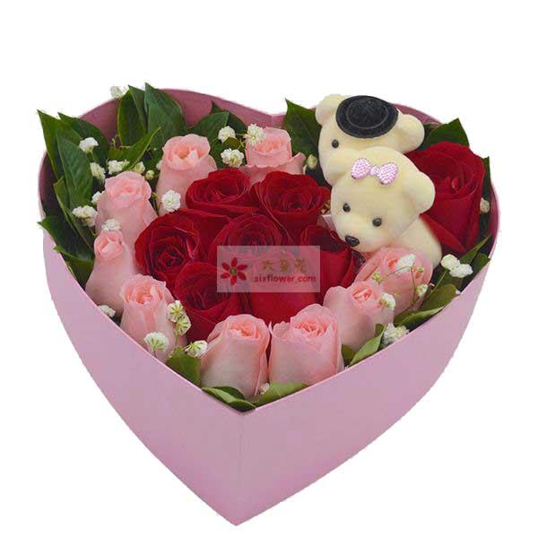 9朵戴安娜玫瑰,9朵红玫瑰,2只小熊;周围栀子叶、满天星点缀