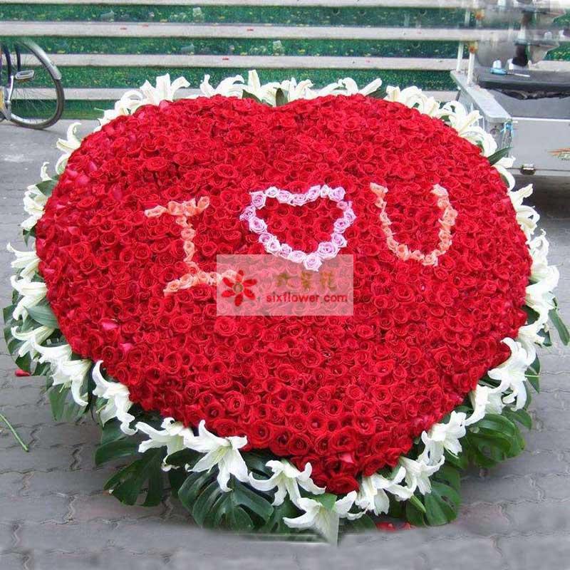 """999朵红玫瑰,中间由粉玫瑰写上""""IOU"""",周围39朵白色百合,周围绿叶"""