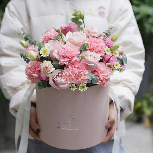 8朵粉玫瑰,11朵粉色康乃馨,11朵粉色桔梗,尤加利,小菊点缀
