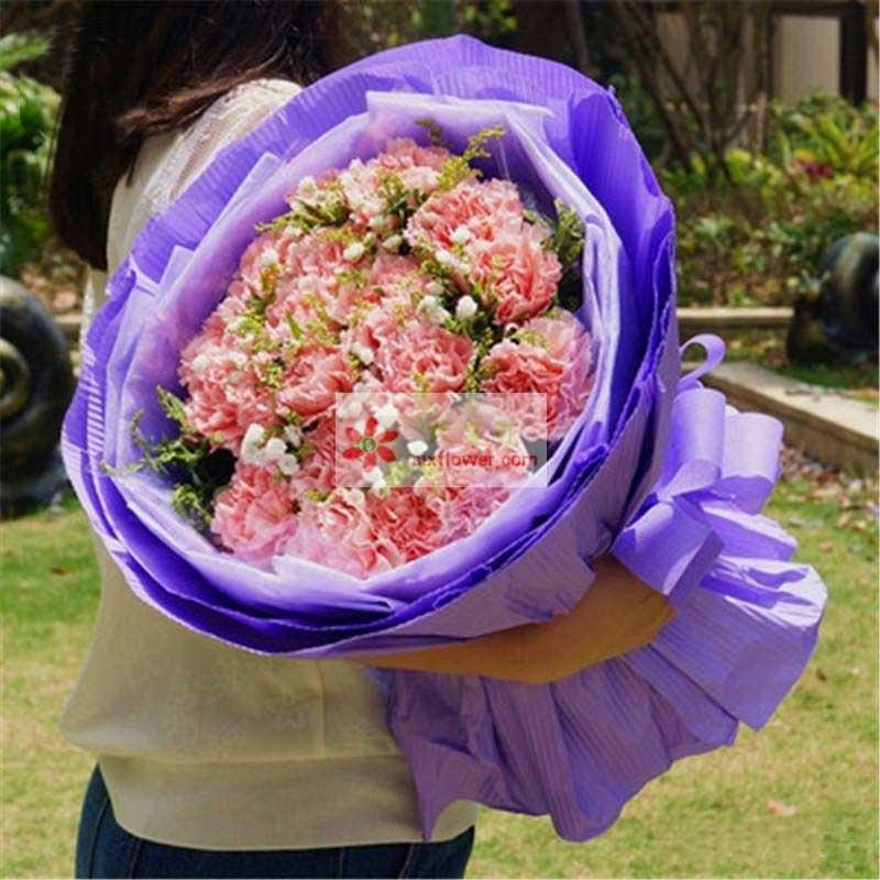 18朵粉色康乃馨,满天星、黄英点缀