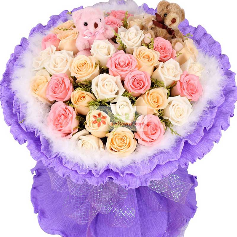 33朵玫瑰(白色、粉色、香槟色混搭),2只小熊,黄英点缀