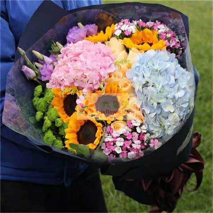 向日葵5朵,9朵香槟玫瑰,一朵蓝色绣球花,一朵粉色绣球花,粉色桔梗、小雏菊、相思梅搭配