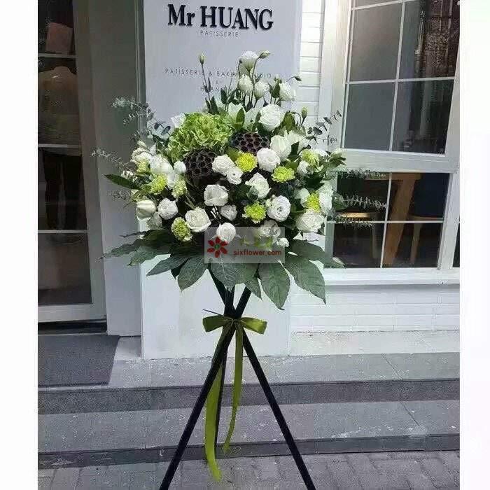 26朵桔梗,6朵白玫瑰,10朵绿色康乃馨,绿色绣球花一直,尤加利、配叶搭配