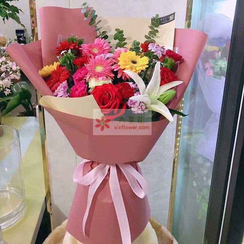 各色扶郎花11朵,红玫瑰1朵,康乃馨6朵,1支白色百合,尤加利、相思梅点缀