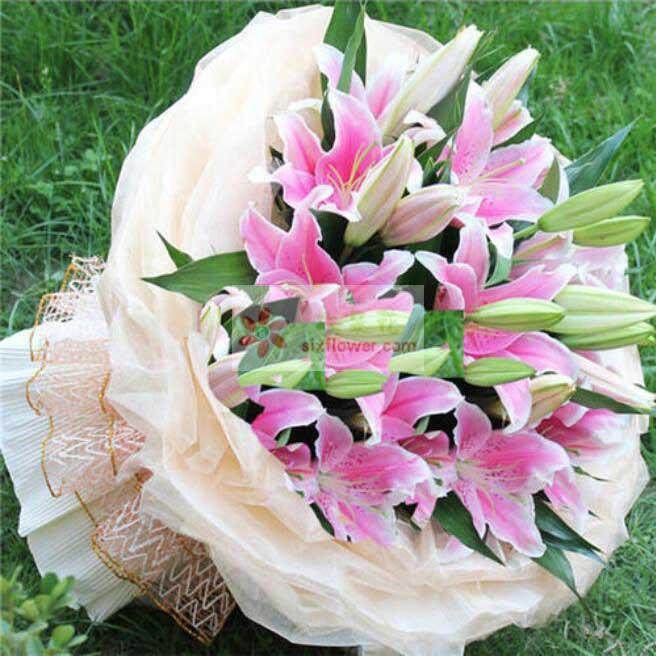 6支粉色多头百合,巴西叶、栀子叶搭配