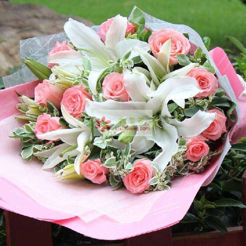 12朵戴安娜粉玫瑰,2支多头白色百合,叶上花或栀子叶丰满