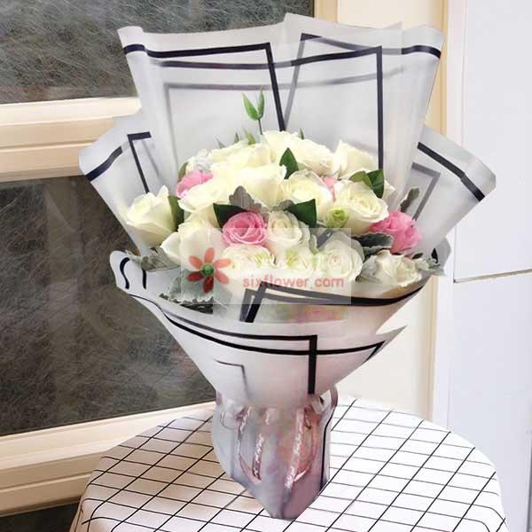 19朵玫瑰,其中15朵白玫瑰,4朵粉玫瑰,栀子叶搭配
