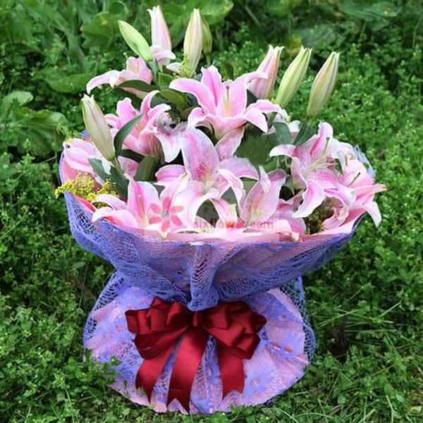 9支粉色多头百合,配叶丰满