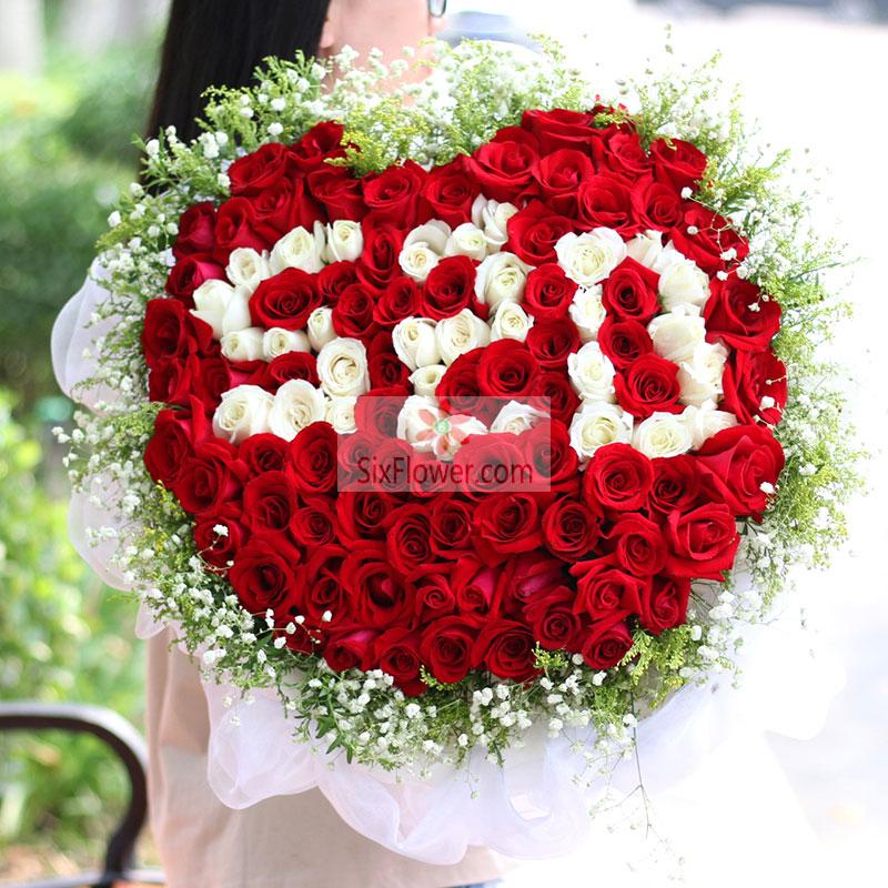 """99朵玫瑰花,其中红玫瑰+白玫瑰搭配,其中白玫瑰组成""""520""""字样"""