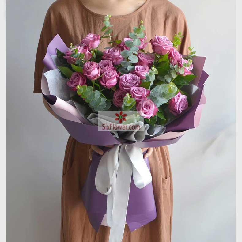 20朵紫玫瑰,尤加利丰满