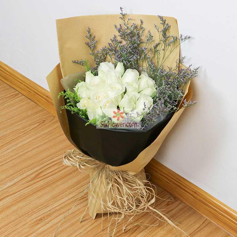 19朵白玫瑰,黄英、情人草周围搭配