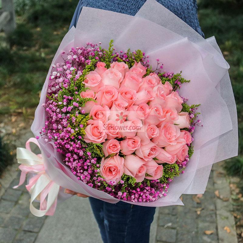 33朵戴安娜粉玫瑰,周围粉色满天星、黄英丰满