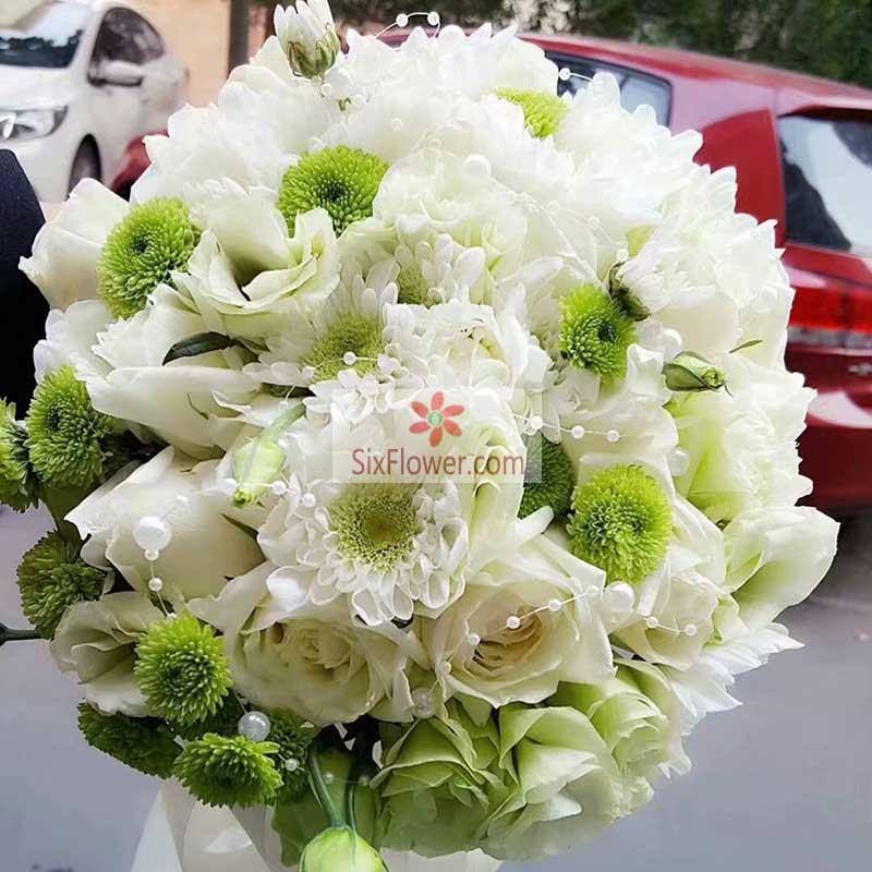 白玫瑰、戴安娜粉玫瑰、绿色洋桔梗、紫色石竹梅搭配