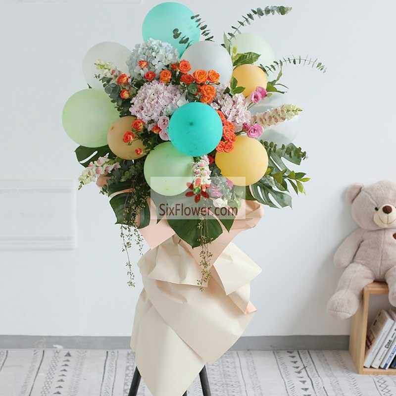 3朵绣球花,10个各色气球,多头玫瑰、尤加利、紫罗兰、配叶搭配;