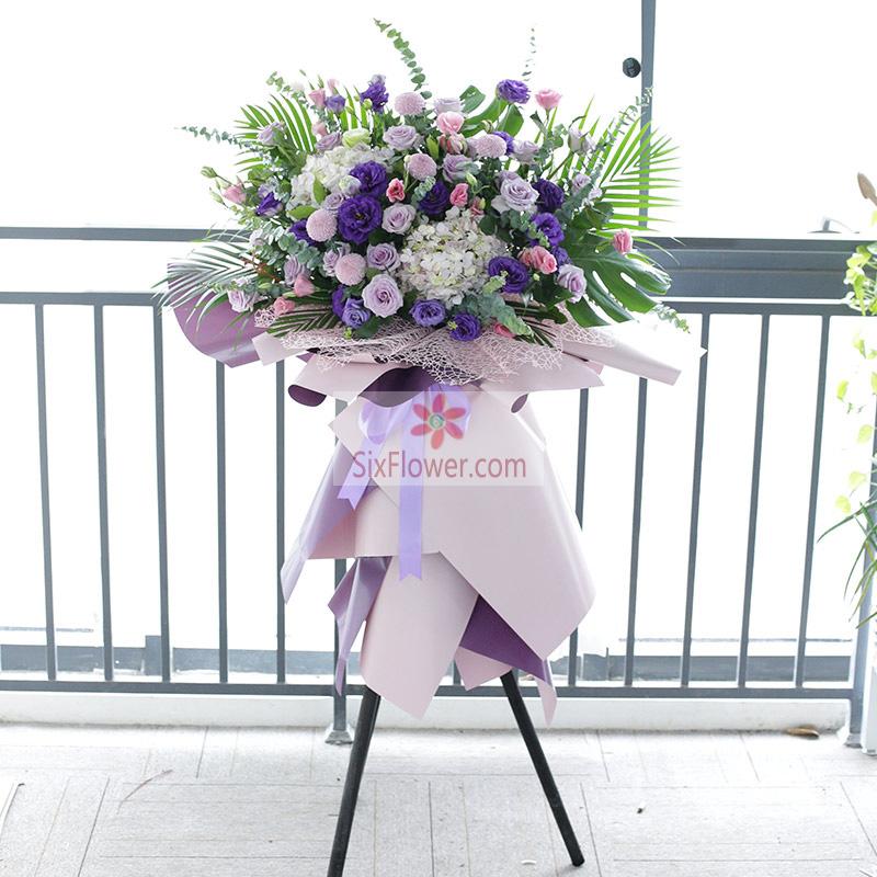 紫玫瑰、紫色桔梗,绣球花,雏菊、尤加利、散尾葵、配叶等搭配