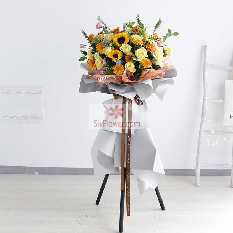 6朵向日葵,12朵香槟玫瑰搭配,20朵黄色扶郎花,尤加利、栀子叶丰满,粉色桔梗点缀