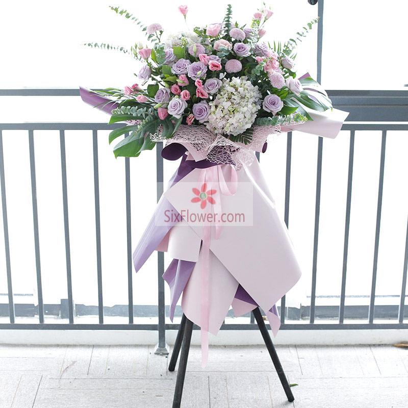 18朵紫玫瑰,2朵白色绣球花,粉色桔梗、小雏菊、尤加利、配叶丰满