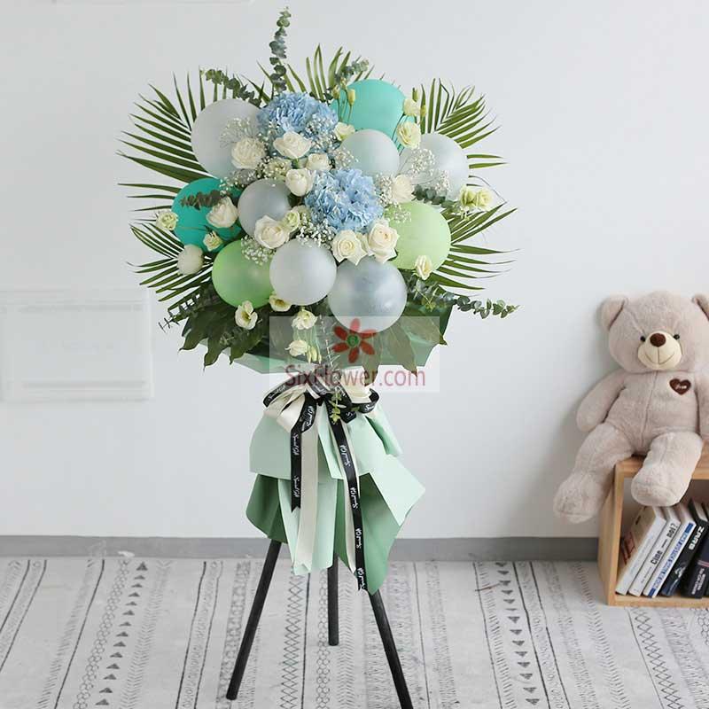 10只各色气球,白玫瑰、蓝色绣球花、尤加利、满天星、散尾葵搭配