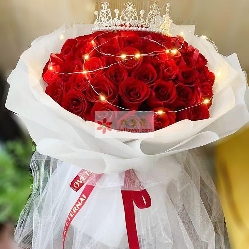 33朵红玫瑰,11朵桔梗搭配,尤加利点缀