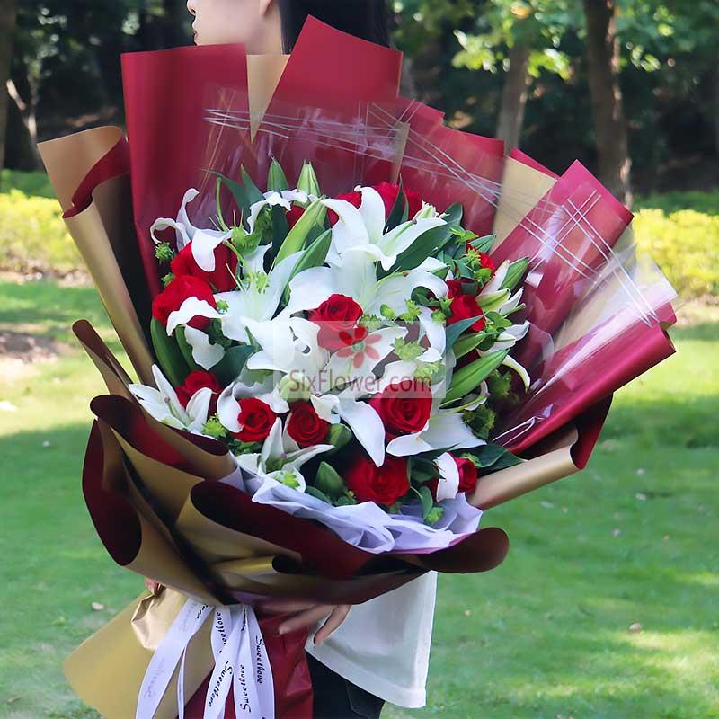 21朵红玫瑰,6支白色多头百合,配叶丰满