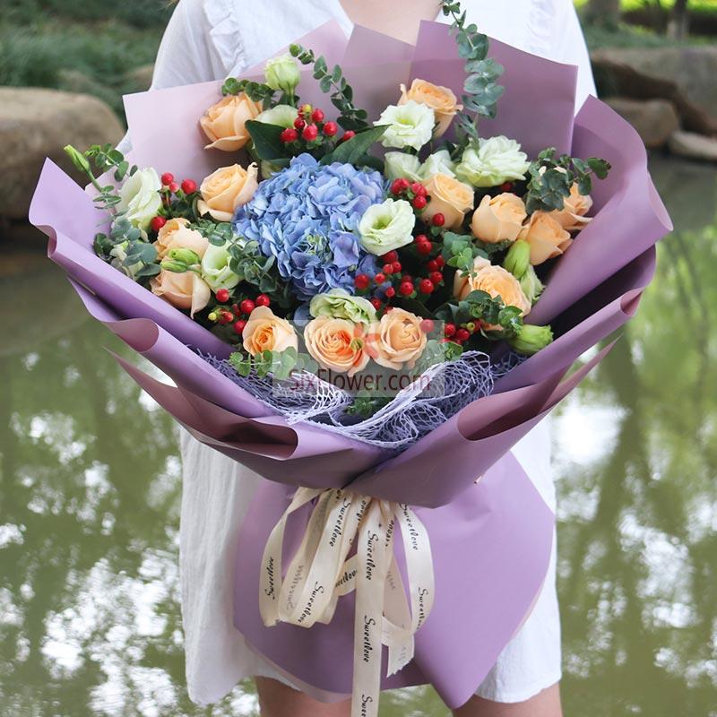 12朵香槟玫瑰,1朵蓝色绣球花,10朵桔梗,红豆、尤加利点缀;