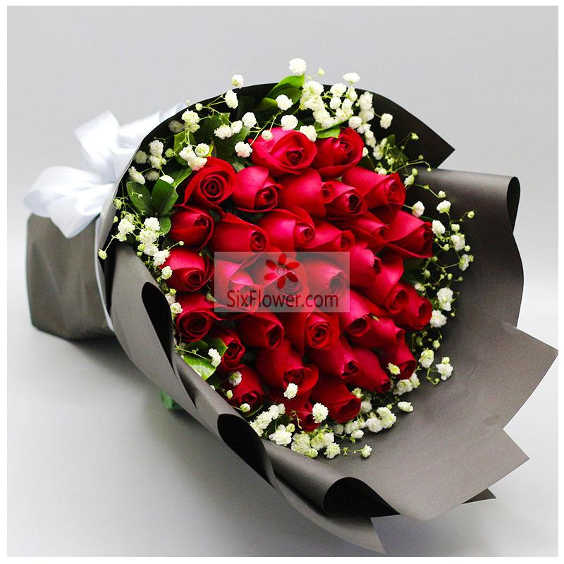 33朵红玫瑰,周围满天星、栀子叶点缀