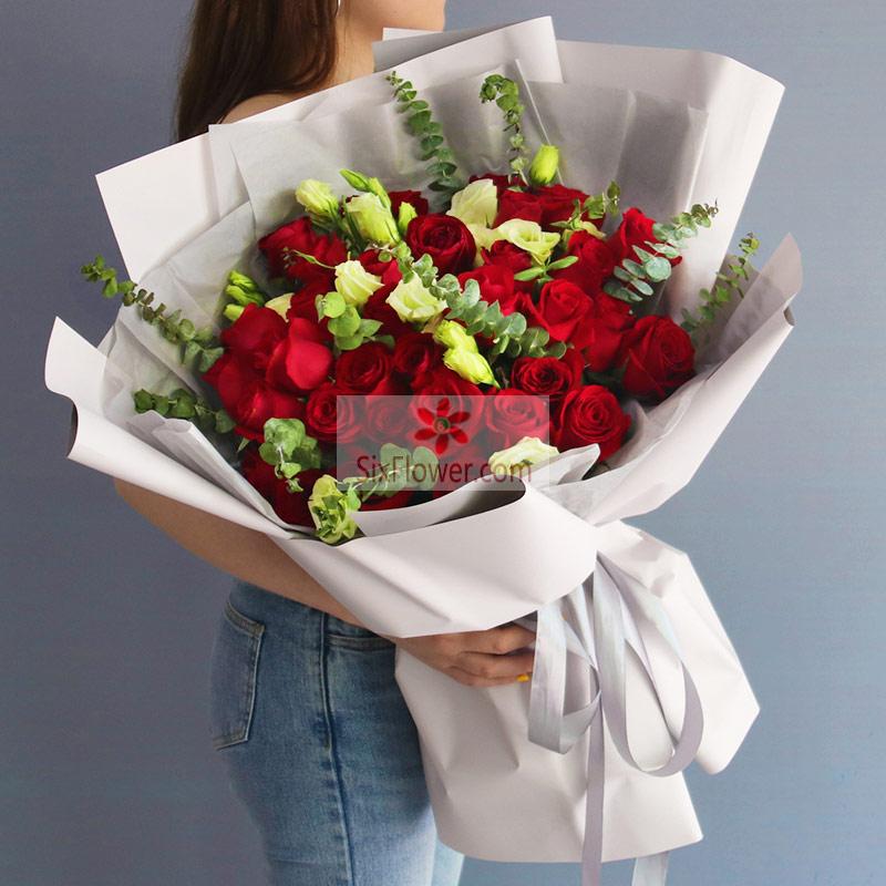 39朵红玫瑰,10朵桔梗桔梗,尤加利点缀