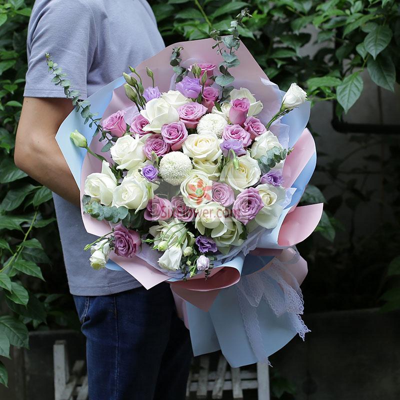 30朵玫瑰,其中15朵紫玫瑰,15朵白玫瑰,2朵乒乓菊(或2朵百合),紫色、白色桔梗,尤加利搭配