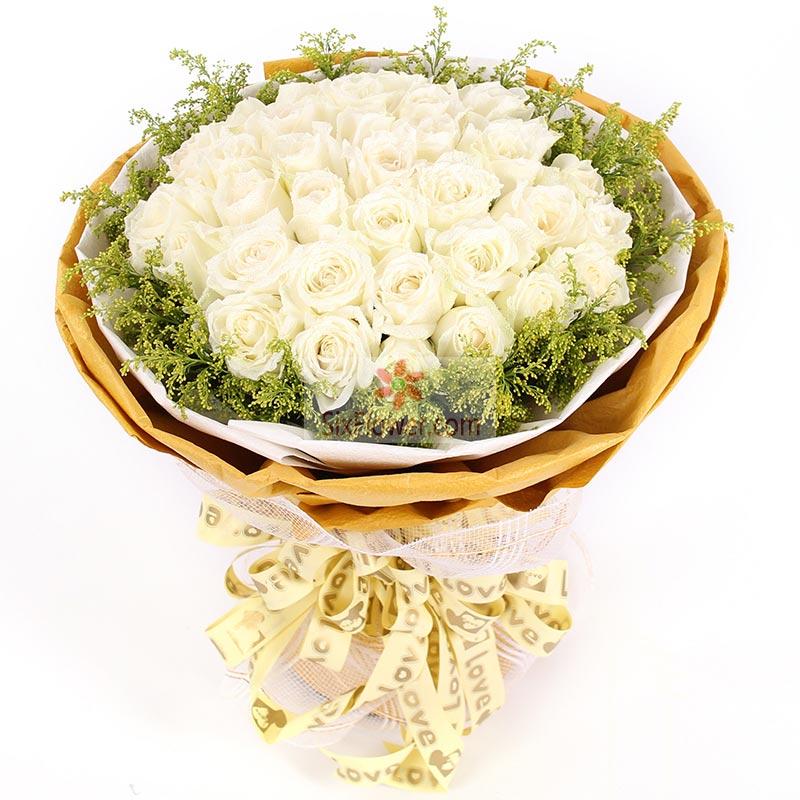 30朵白玫瑰,周围黄英丰满
