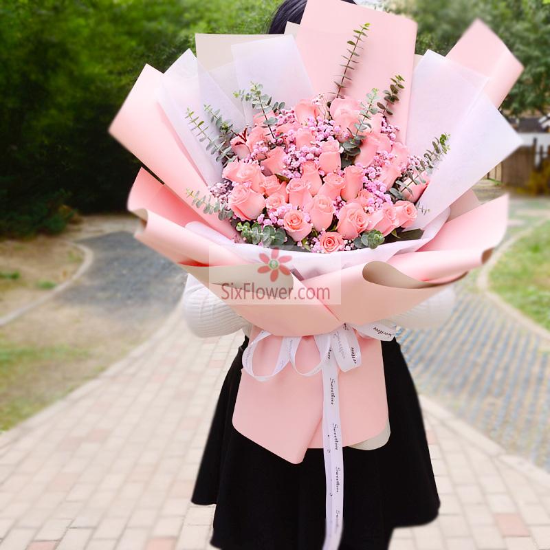 32朵戴安娜粉玫瑰,粉色满天星、尤加利丰满;