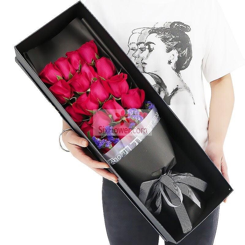 18朵红玫瑰,紫色勿忘我搭配