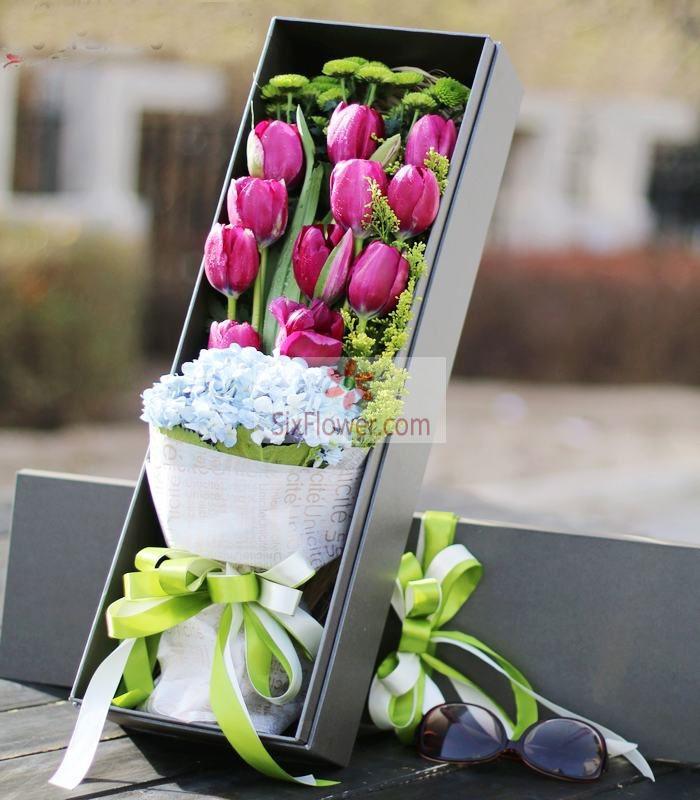 11朵紫色郁金香,2朵蓝色绣球花,小雏菊搭配