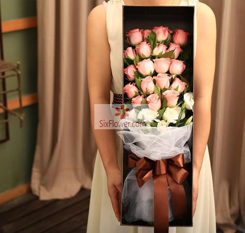 19朵戴安娜粉玫瑰,6朵桔梗,栀子叶搭配