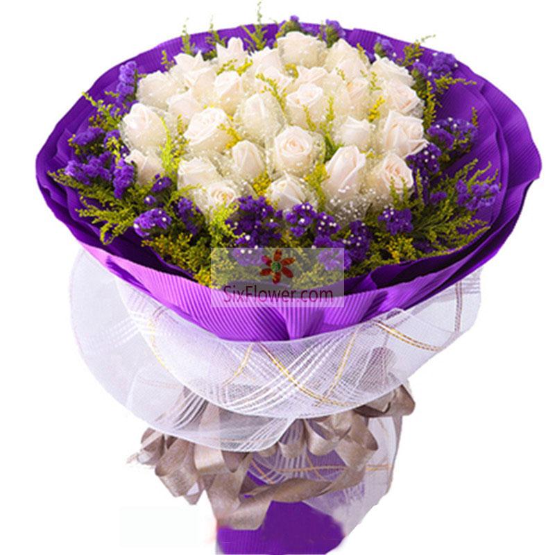 19朵白玫瑰,黄英和紫色勿忘我周围搭配