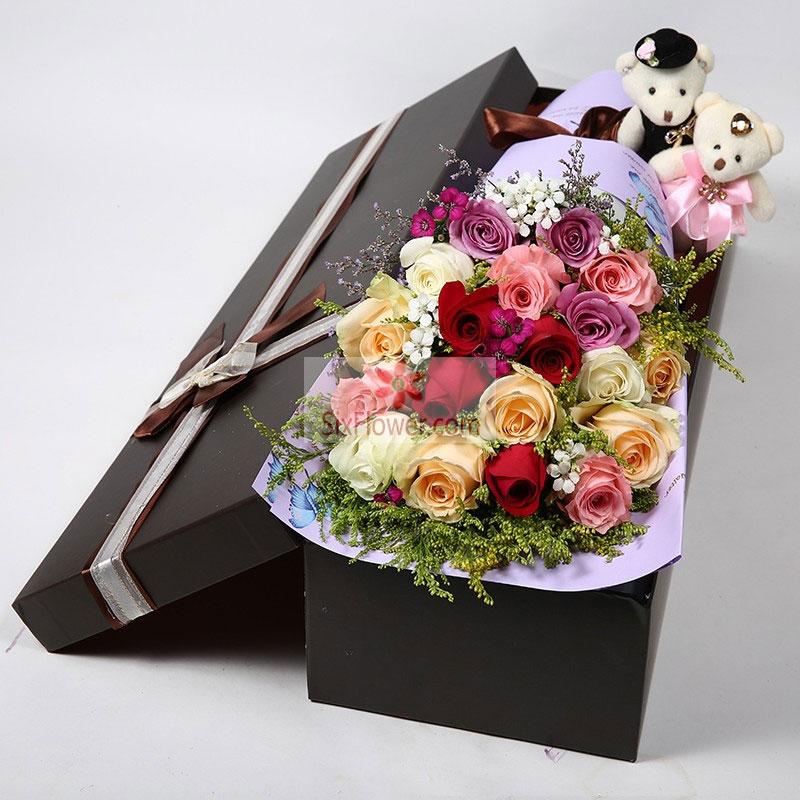 19朵玫瑰花,其中红色、香槟色、白色、紫色、粉色混搭,黄英丰满,2只小熊;