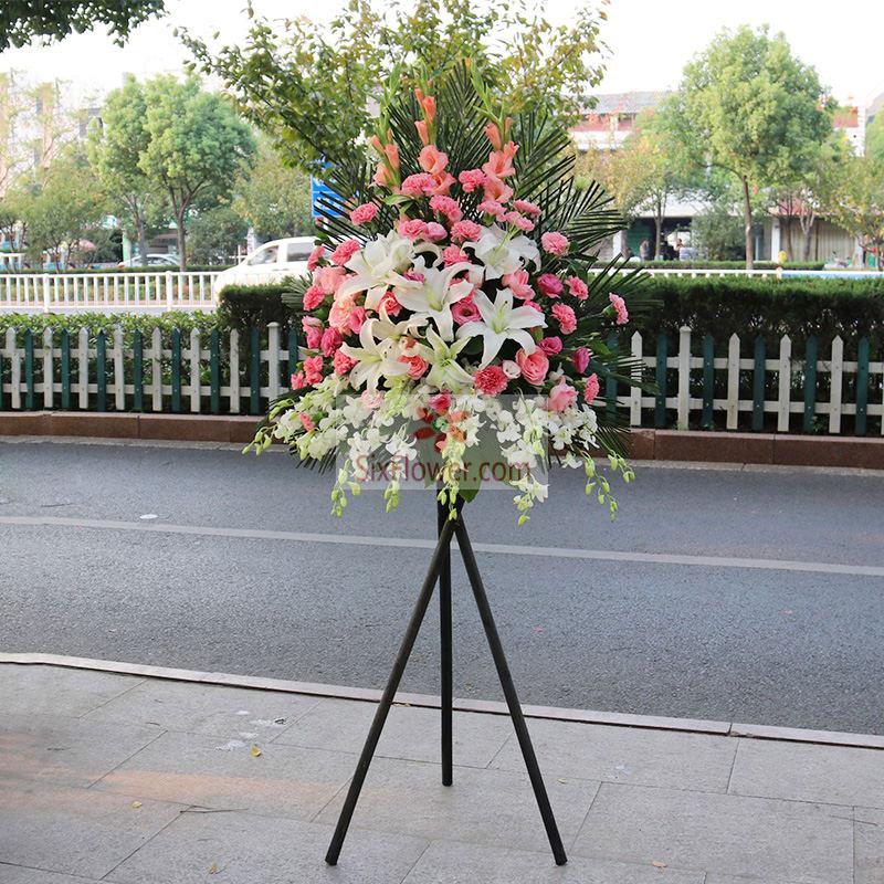 9朵白色百合,粉色康乃馨、粉色桔梗共计48朵,白色紫罗兰、散尾葵搭配;