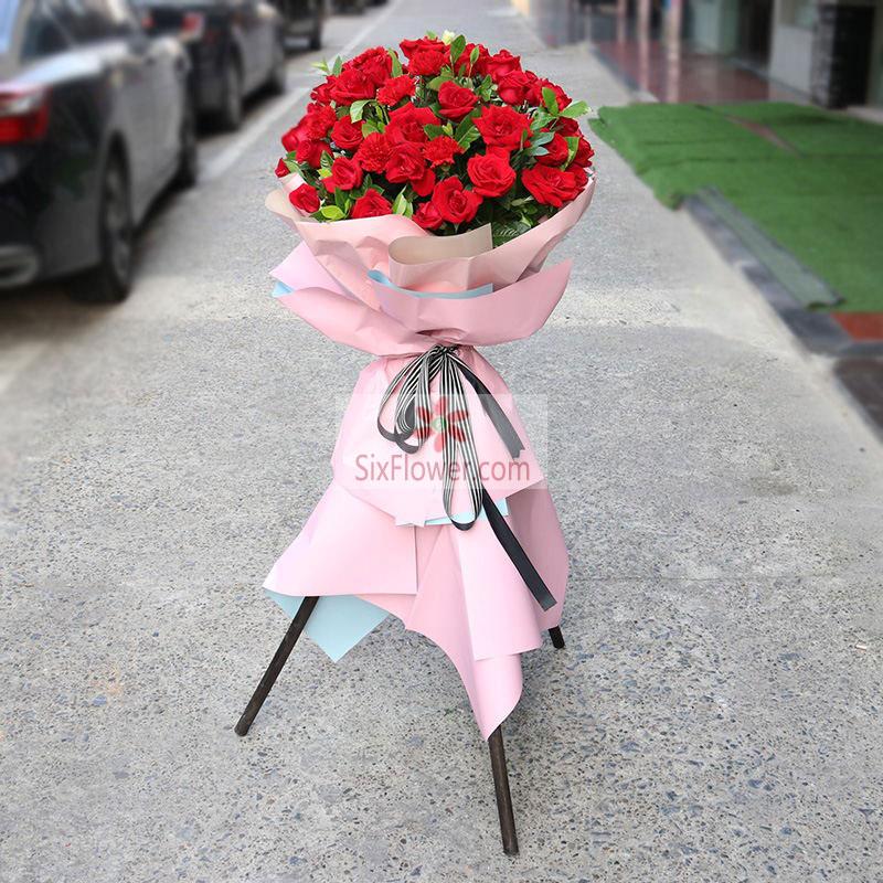 33朵红玫瑰,配叶丰满;