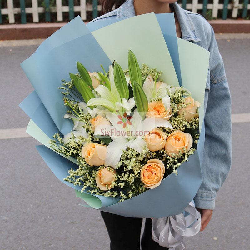 11朵香槟玫瑰,2支白色百合,水晶草或情人草丰满
