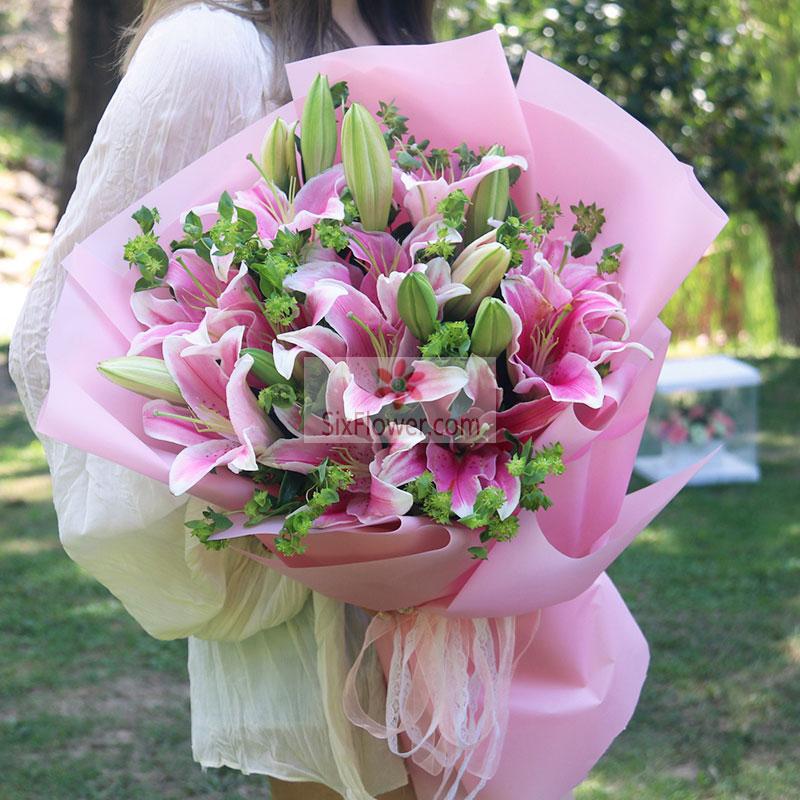 10支粉色多头百合,配叶丰满;