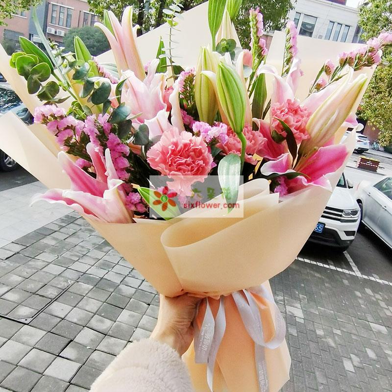 8支粉色多头百合,粉色相思梅丰满,栀子叶搭配