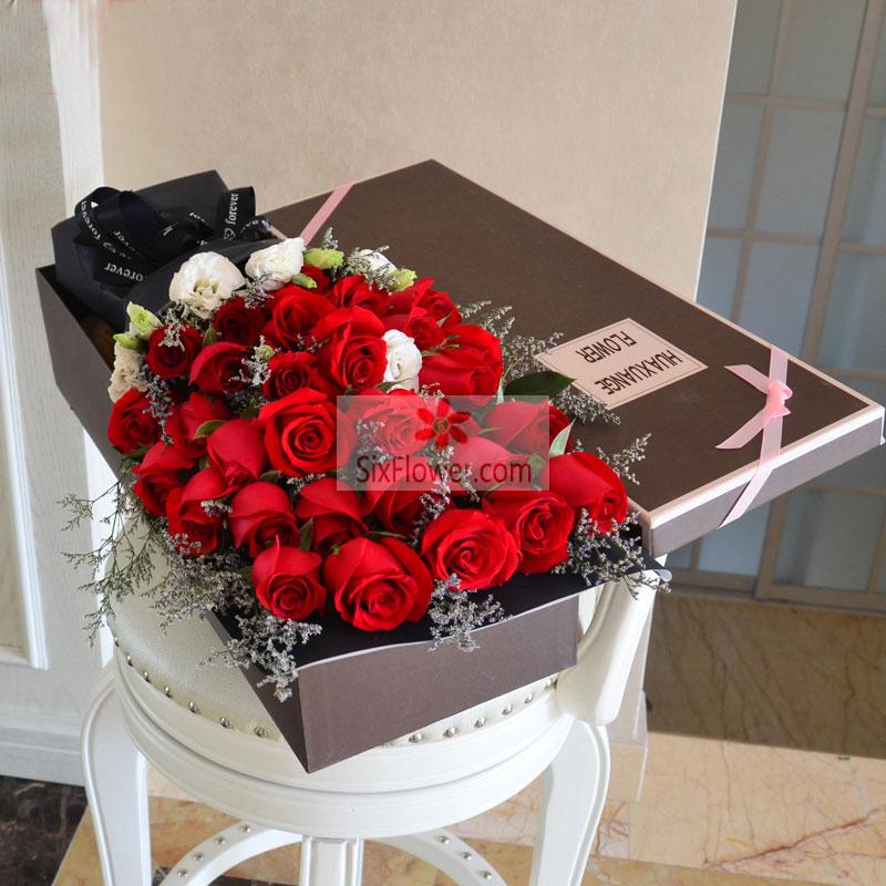 33朵红玫瑰,情人草桔梗搭配,愿你的笑靥永远如这鲜花般璀璨