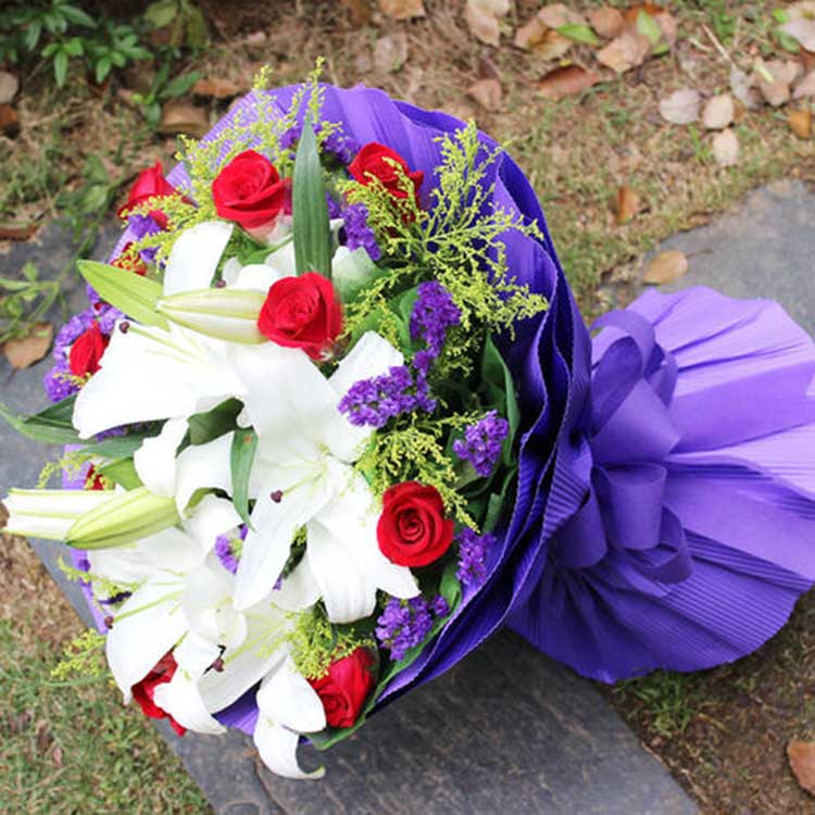 11朵红玫瑰,3支白色多头百合,缘定三生