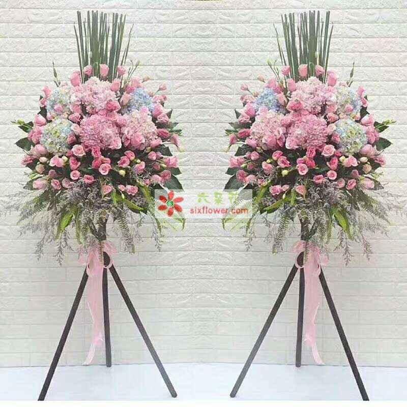3只粉色绣球花,3只蓝色绣球花,50只粉色玫瑰,桔梗点缀,排草、剑叶、配叶搭配;