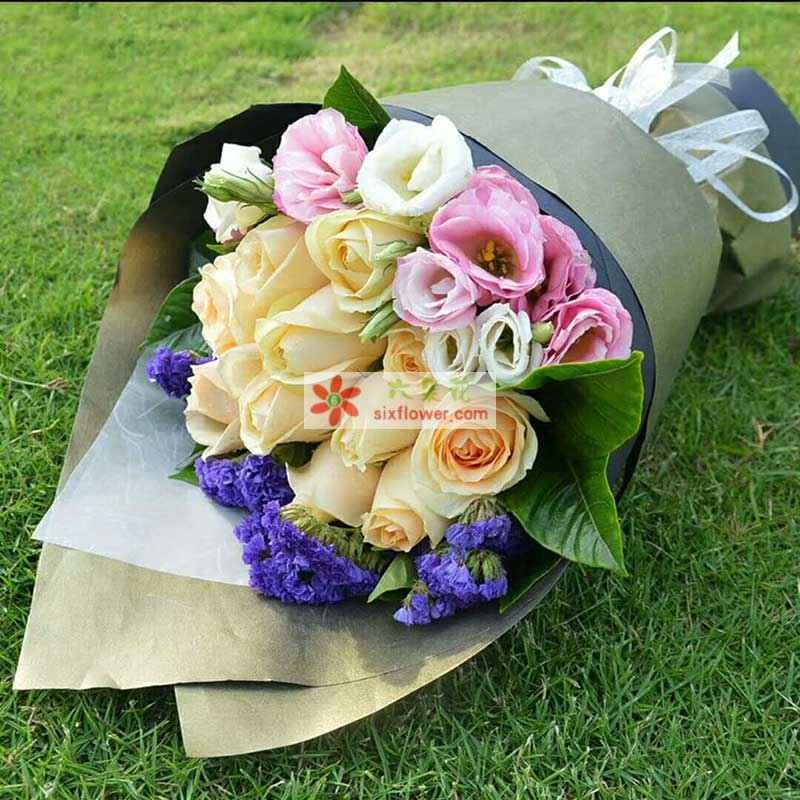 11枝香槟玫瑰,5枝粉色桔梗,5枝白色桔梗,紫色勿忘我、橛子叶点缀