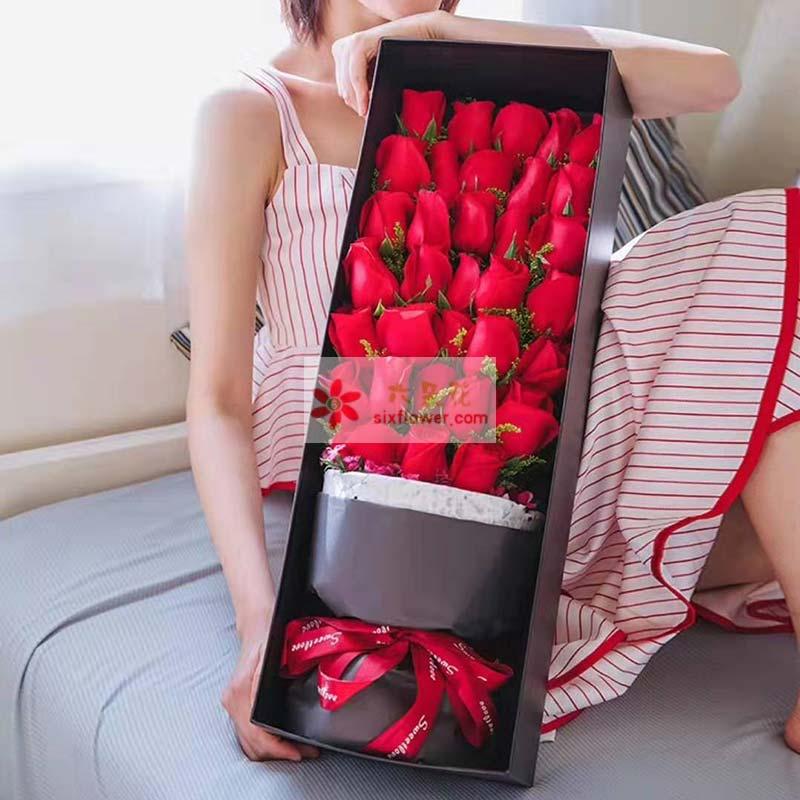 33朵红玫瑰,黄英点缀