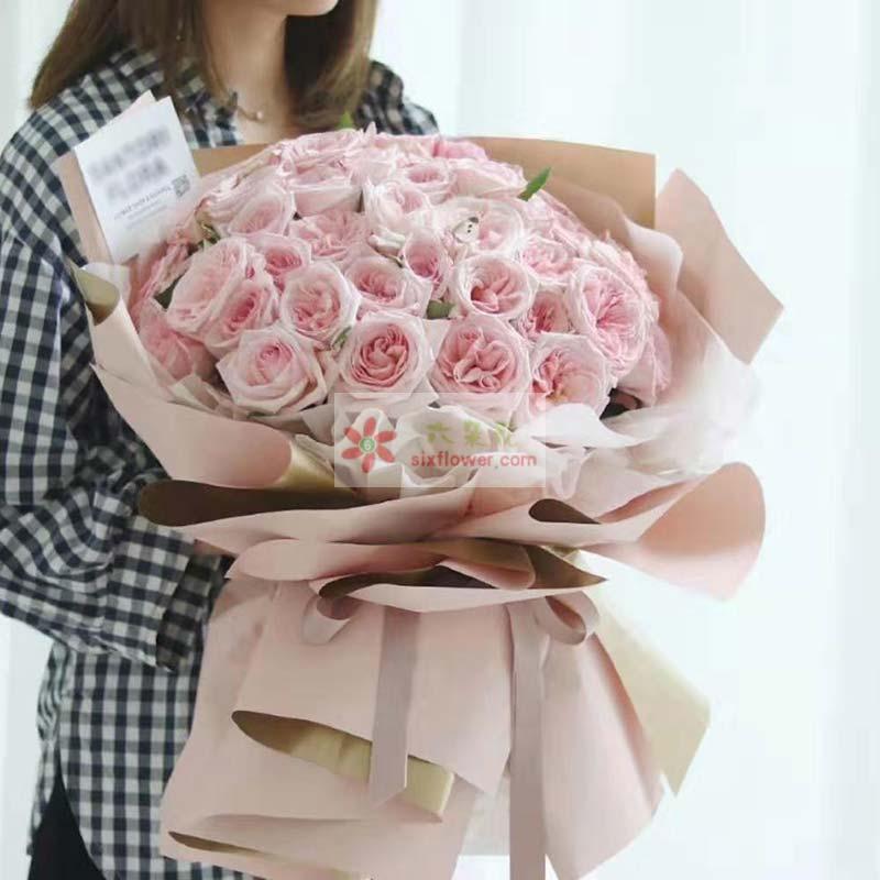 33朵粉色佳人玫瑰,配叶点缀