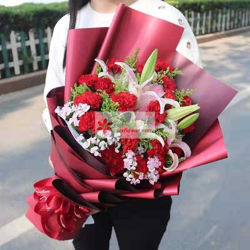 19朵红色康乃馨,2支多头粉色百合,相思梅点缀,黄英丰满